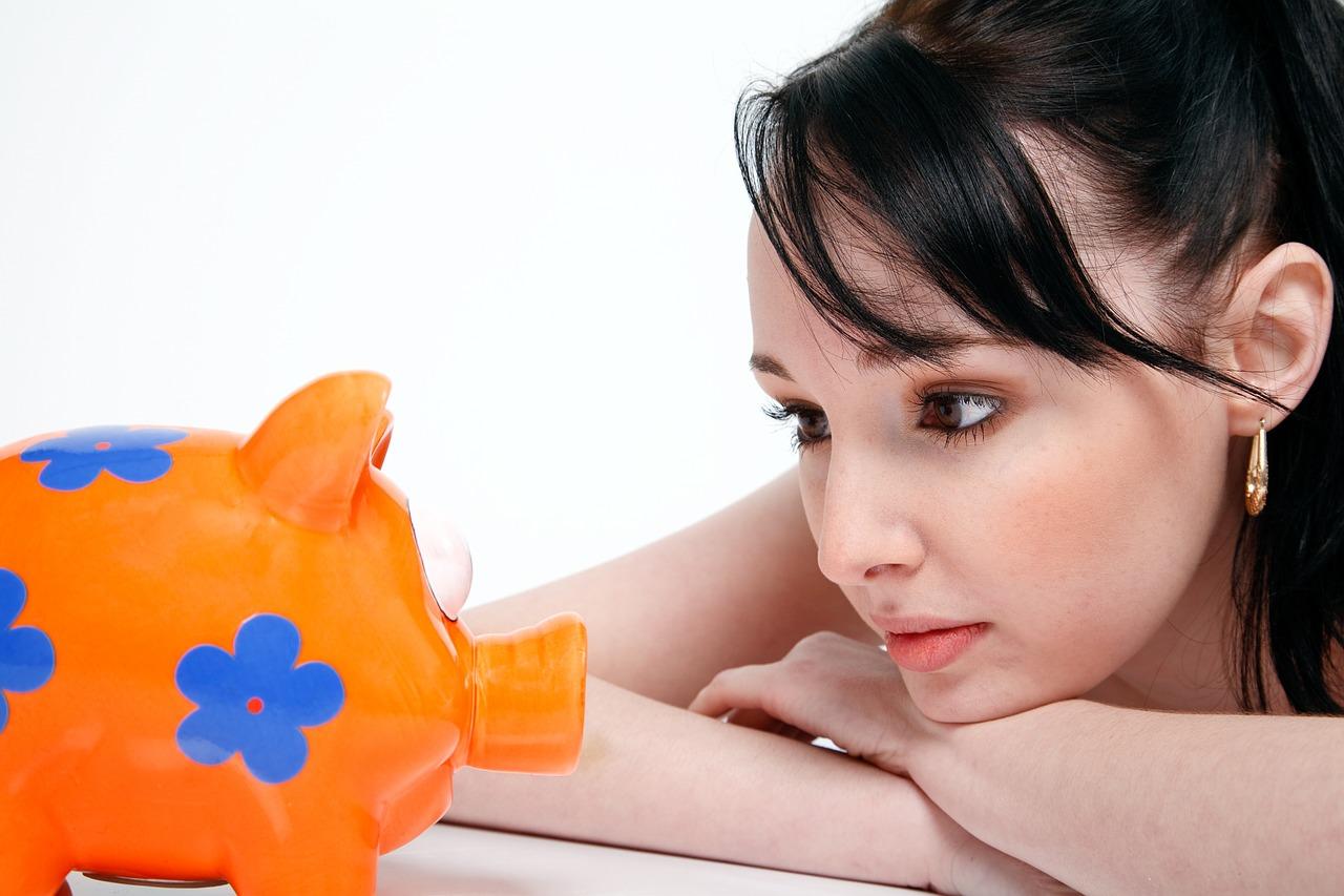 אישה מסתכלת על קופת חיסכון