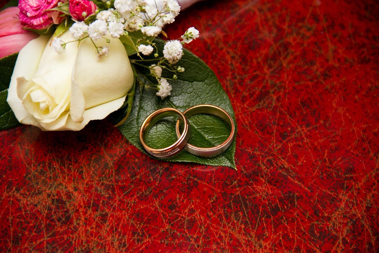 טבעות נישואין לצד פרח