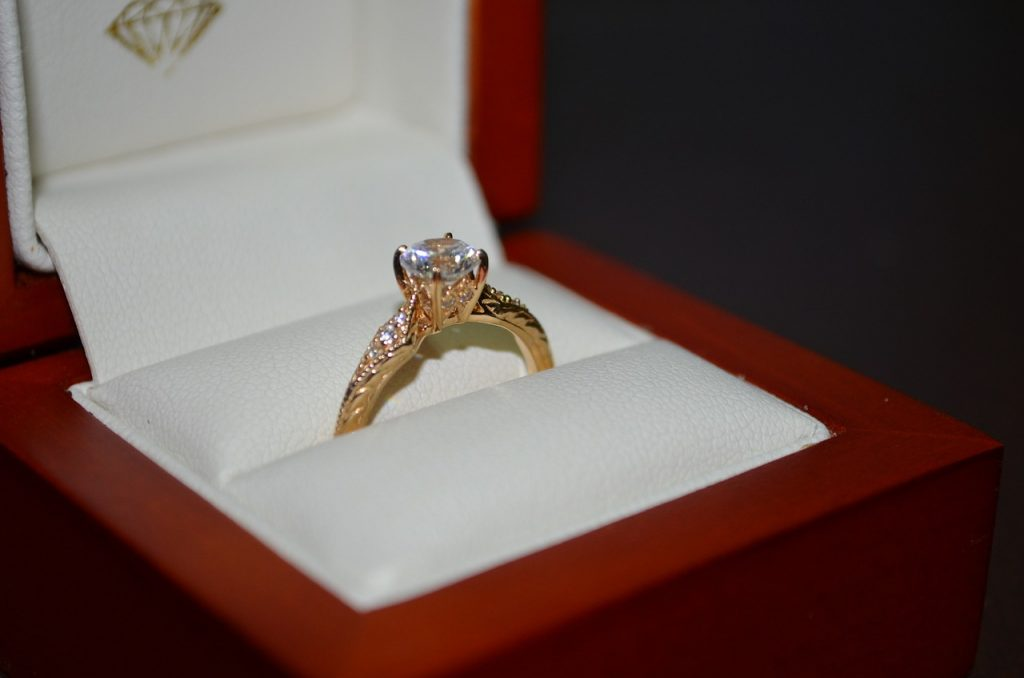 טבעת נישואין מיהלום בקופסה