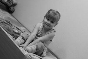 ילדה במיטה