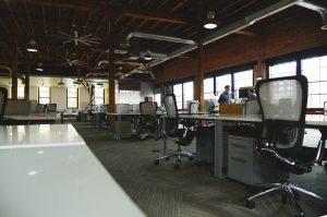 משרד גדול מחולק