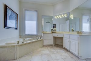 איך לעצב ארונות מותאמים לחדר האמבטיה