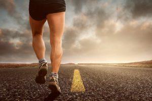 גבר רץ בכביש
