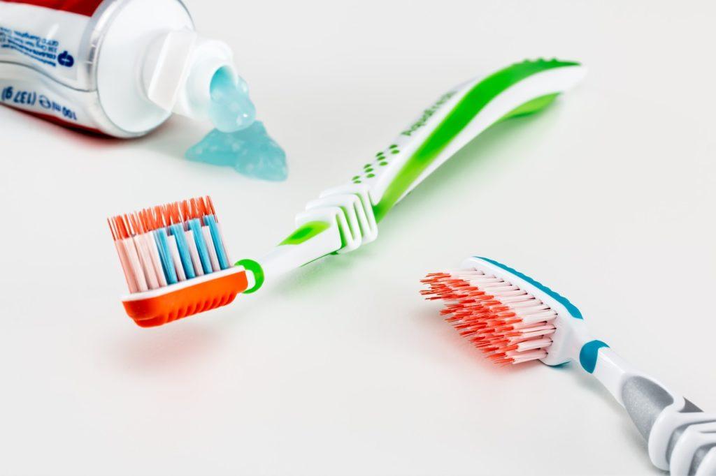 מברשת ומשחת שיניים