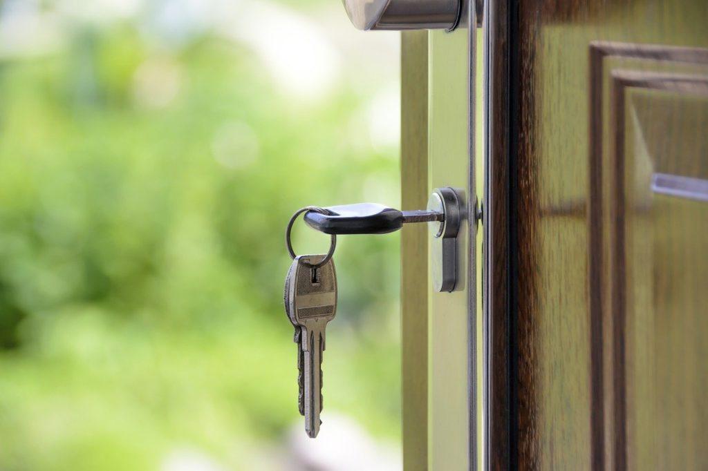 מפתח על דלת כניסה
