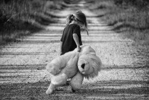 ילדה מחזיקה דובי