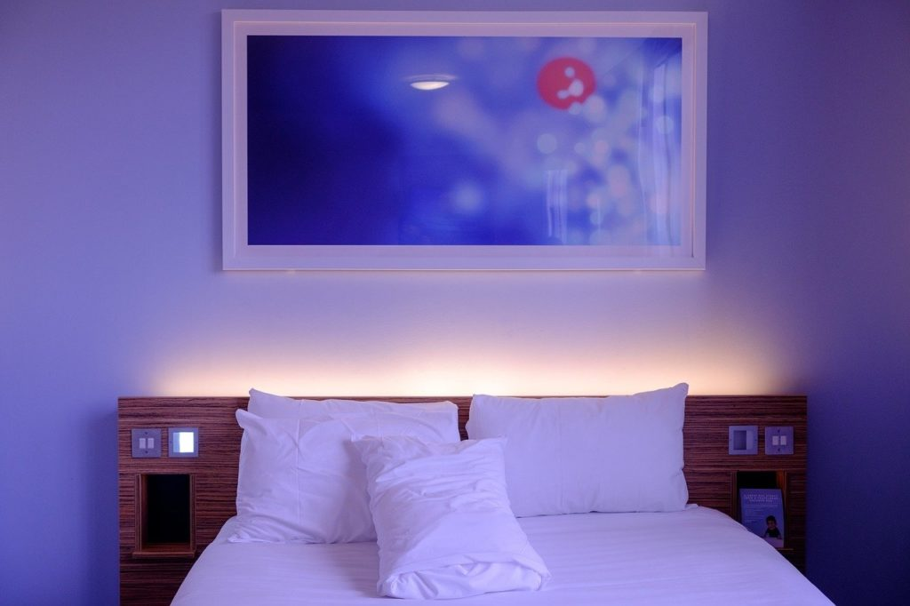 תמונה מעל המיטה